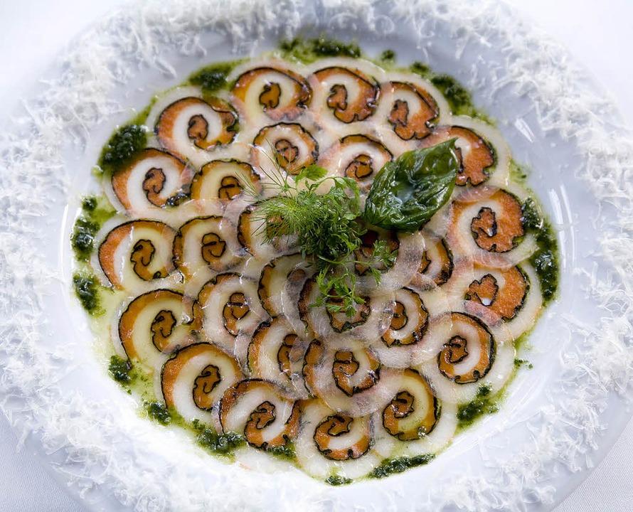 Carpaccio von der Bachforelle mit Salatherzen und gehobeltem Parmesan M. Wissing  | Foto: Michael Wissing