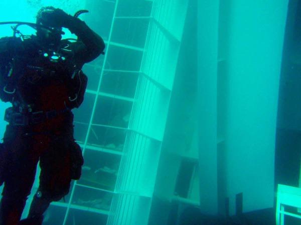 Taucher im Wrack der Costa Concordia