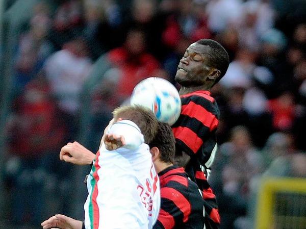 Zwei Freiburger gegen einen Augsburger - Freiburgs Neuzugang Fallou Diagné klärt.