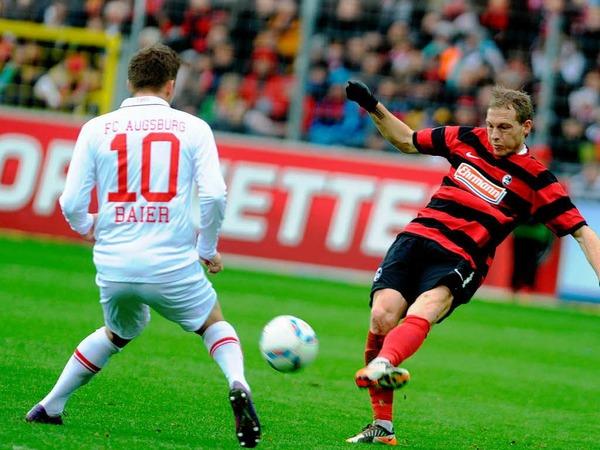 Michael Lumb, Neuzugang beim SC Freiburg im Zweikampf um den Ball mit Augsburgs Daniel Baier.