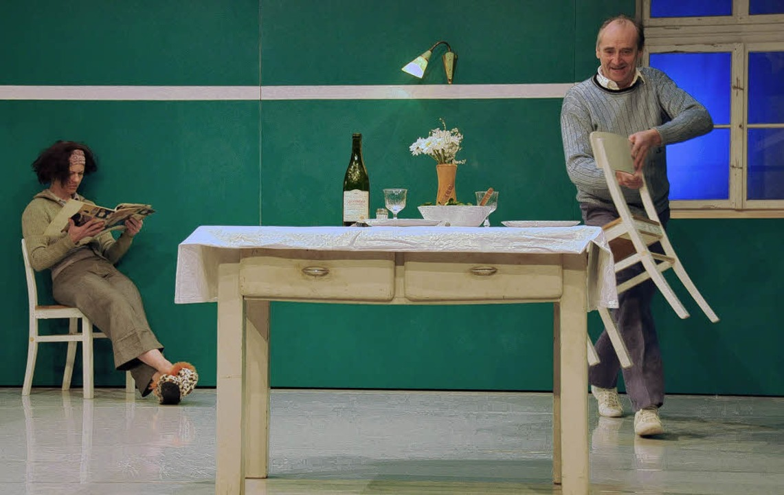 Bald kippt die alltägliche Verrichtung...ten Trustaedt-Kümmel und Heinzl Spagl     Foto: Theater