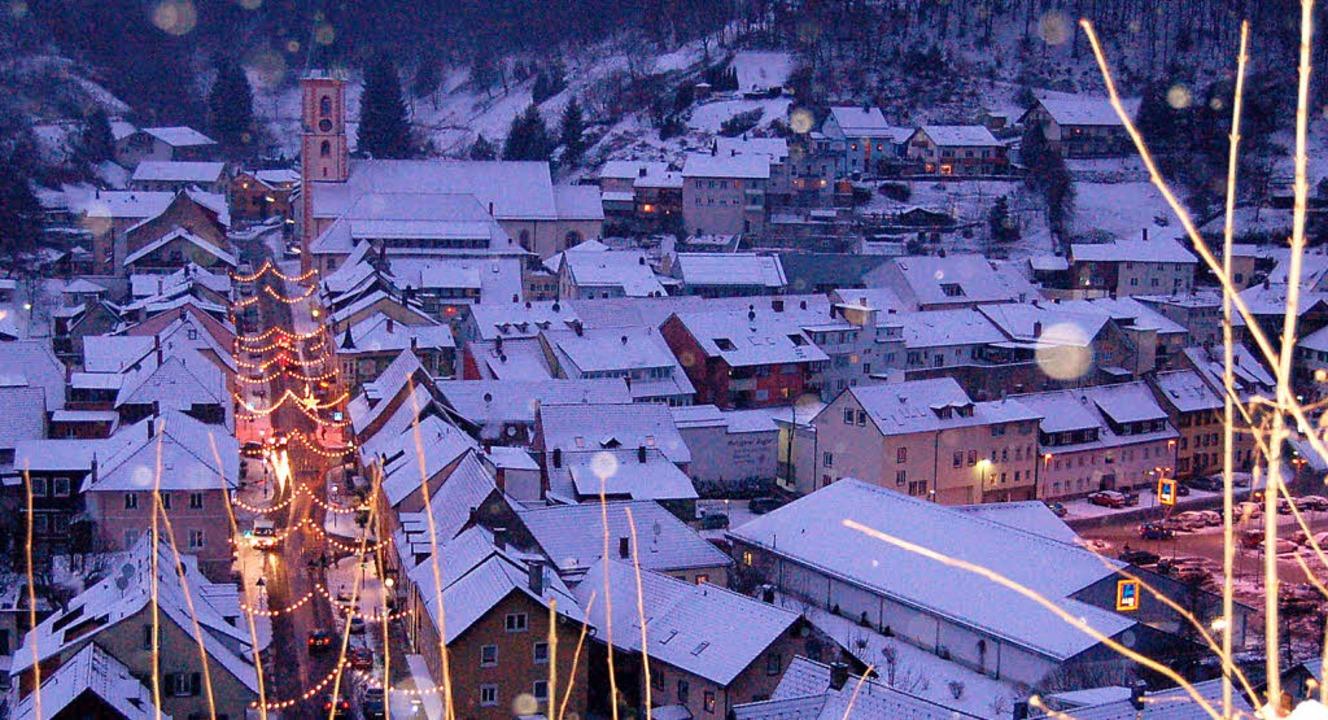 Die Weihnachtsbeleuchtung hat der Zeller Gewerbeverein finanziert.   | Foto: Paul Berger