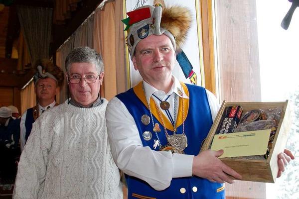 Gastgeschenk �berreicht Jo Chevallier (links) aus der Partnergemeinde Combrit