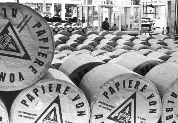 """""""Zweckentsprechend und zuverl�ssig"""": Werbespruch der Papierfabrik."""