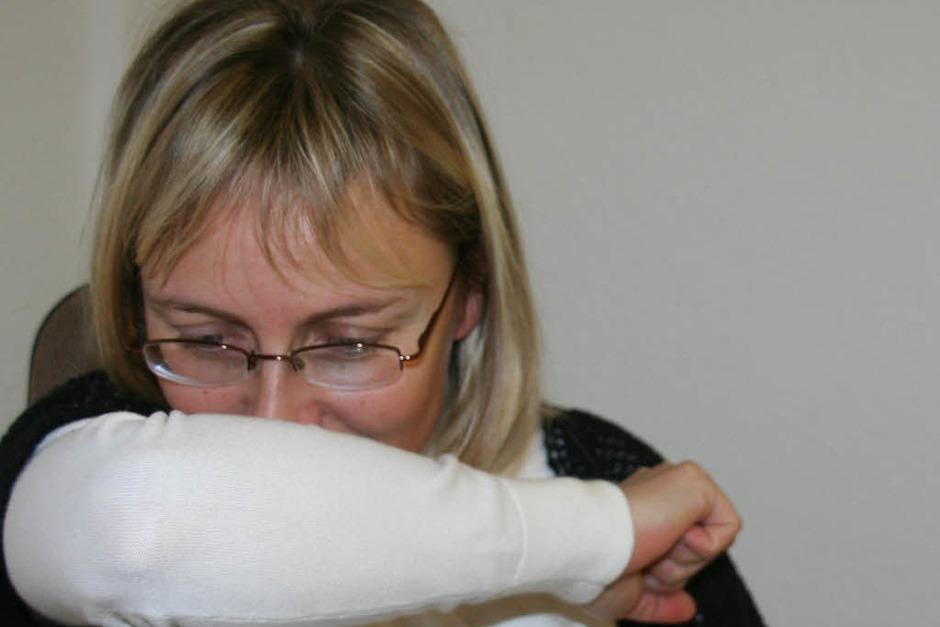 Hand vor den Mund beim Niesen ist überholt. Denn dann kommen Viren an die Hände und können sich  leicht weiter verbreiten. Daher: besser in die Armbeuge niesen. (Foto: Marlies Jung-Knoblich)