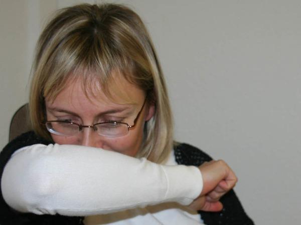 Hand vor den Mund beim Niesen ist überholt. Denn dann kommen Viren an die Hände und können sich  leicht weiter verbreiten. Daher: besser in die Armbeuge niesen.