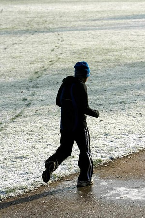 Ein starkes Immunsystem ist die beste Vorbeugung gegen Erkältung: Bewegung an der frischen Luft hilft - aber nur, wenn man noch nicht krank ist.