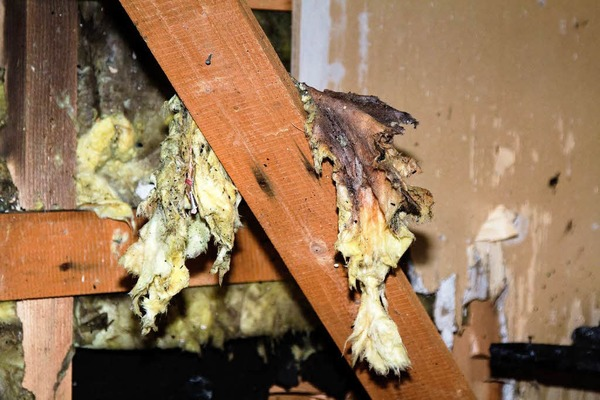 """Am 27. Dezember gegen 21 Uhr wird Vollalarm bei der Feuerwehr ausgel�st. Das """"Hotel B�ren"""" in Titisee steht in Flammen. Der Altbau wird fast komplett zerst�rt."""
