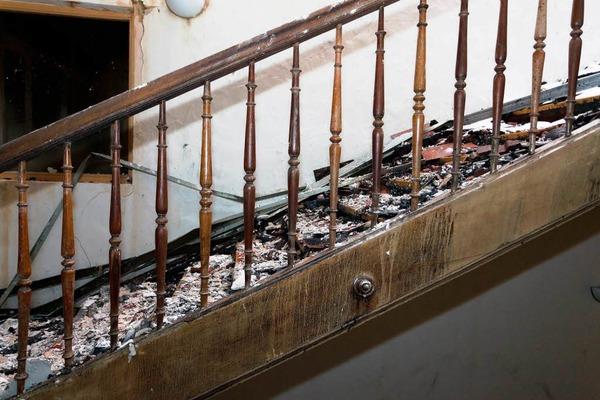 """Am 27. Dezember gegen 21 Uhr wird Vollalarm bei der Feuerwehr ausgelöst. Das """"Hotel Bären"""" in Titisee steht in Flammen. Der Altbau wird fast komplett zerstört."""