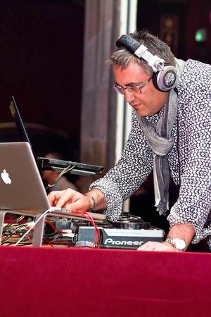 Für soulige Klänge sorgt DJ Elie Parker.