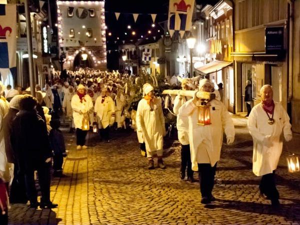 Tausende von Hemdglunkern zogen durch die Endinger Altstadt zum Marktplatz. Die Zunftmeister trugen den Narrenbaum