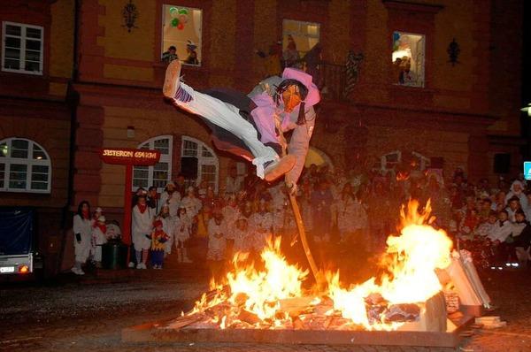 Artistisch sprangen die Laue Briggle Hexen beim traditionellen Hexensprung über das Feuer