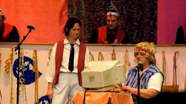 Clubowe in Weisweil: Die Toilettenfrau mit Carmen Klipfel und Gaby Matthis