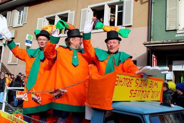 Mit elf schönen Umzugswagen und lebhaften Fußgruppen erfreute der Zeller Fasnachtsumzug das Narrenvolk