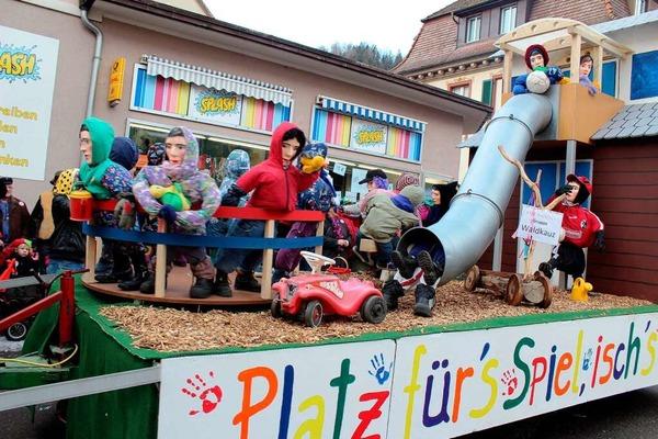Mit elf sch�nen Umzugswagen und lebhaften Fu�gruppen erfreute der Zeller Fasnachtsumzug das Narrenvolk