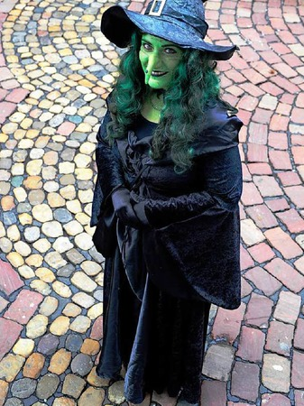 Die kleine Annette als Hexe