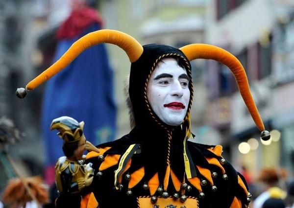 Ein Narr im Kostüm der Figur Till Eulenspiegel führt am Rosenmontag den Rottweiler Narrensprung an.