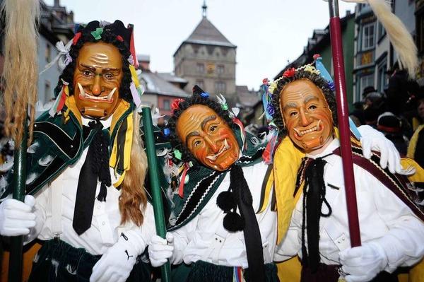 Mit handgeschnitzten Holzmasken und farbigen Kostümen sind am Montag tausende Narren durch die Rottweiler Innenstadt gezogen.