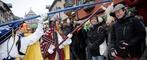 Mit handgeschnitzten Holzmasken und farbigen Kost�men sind am Montag tausende Narren durch die Rottweiler Innenstadt gezogen.