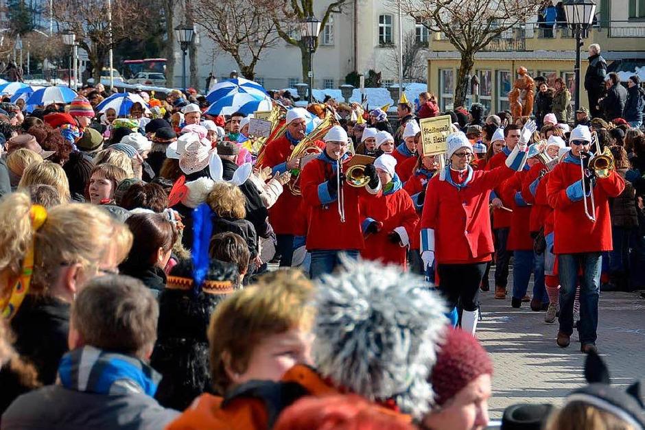 Die Stadtmusik St. Blasien führt den Umzug an. (Foto: Sebastian Barthmes)