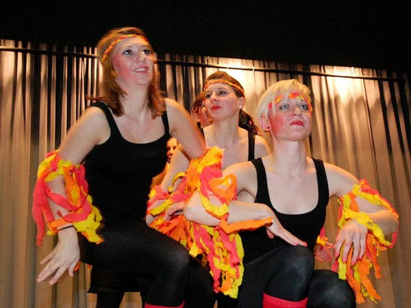 H�bsche Damen beim Tanz