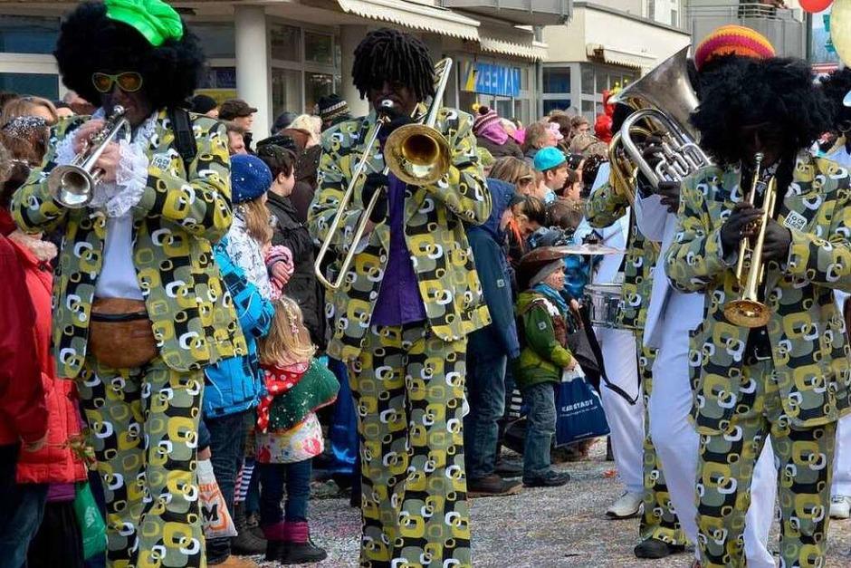 Mehrere tausend Zuschauer kamen, um in Neuenburg den Jubilumsumzug zu sehen. (Foto: sigrid umiger)