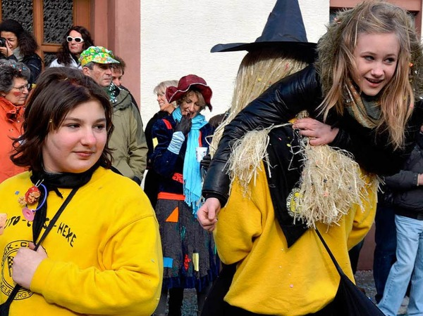 Mehrere tausend Zuschauer kamen, um in Neuenburg den Jubilumsumzug zu sehen.