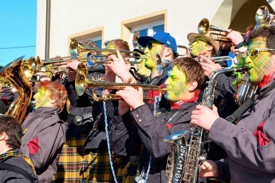 Bunter närrisches Treiben herrschte am Fasnetdienstag beim Umzug in Ewattingen. (Foto: Juliane Kühnemund)