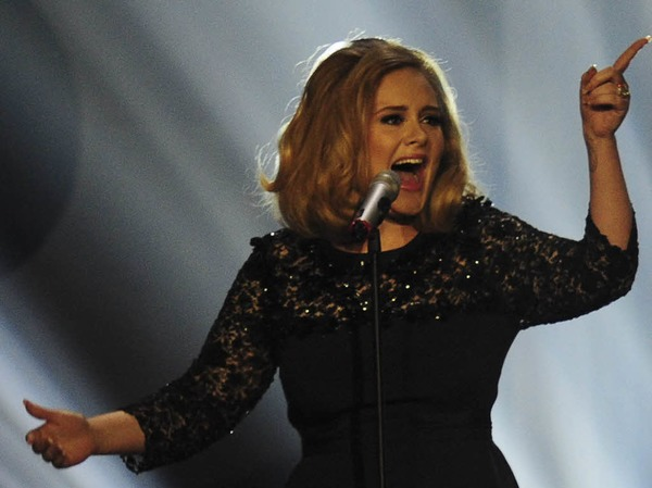 Adele mit ausdrucksstarker Gestik: Nicht im Foto festgehalten wurde dagegen, wie sie vor laufenden Fernsehkameras den Stinkefinger zeigte.