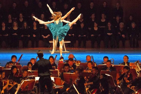 Showakrobatik zu Filmmusik erfreute die Zuschauer im Freiburger Konzerthaus.
