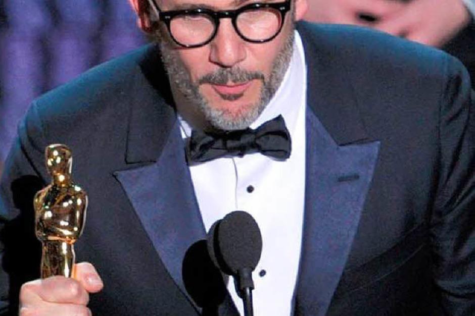 """Regisseur  Michel Hazanavicius mit seinem Oscar für """"The Artist"""" als bester Film. (Foto: AFP)"""