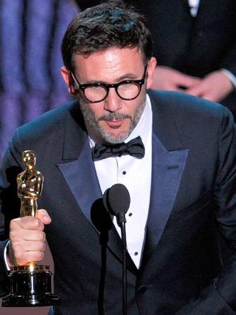 """Regisseur  Michel Hazanavicius mit seinem Oscar für """"The Artist"""" als bester Film."""
