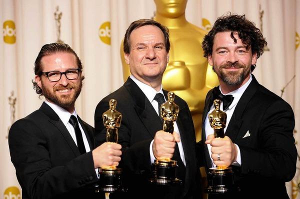"""Alex Henning, Rob Legato, and Ben Grossman, mit ihrem Oscar für die optischen Effekte in """"Hugo""""."""