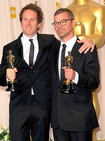 "Kirk Baxter (links) and Angus Wall mit ihrem Oscar rüd den Schnitt von ""The Girl with the Dragon Tattoo""."