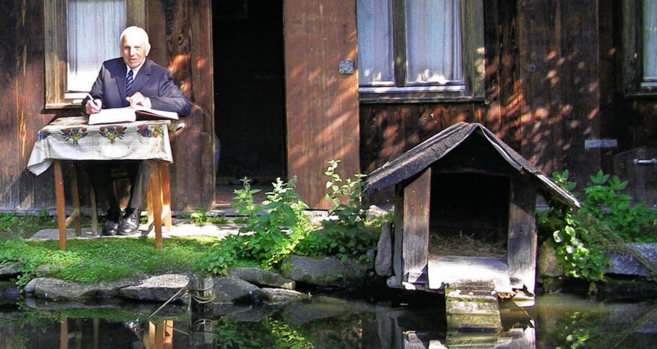 Eintrag ins goldene Buch der Gemeinde,...s Pfarrers in seinem geliebten Garten.    Foto: Liane Schilling