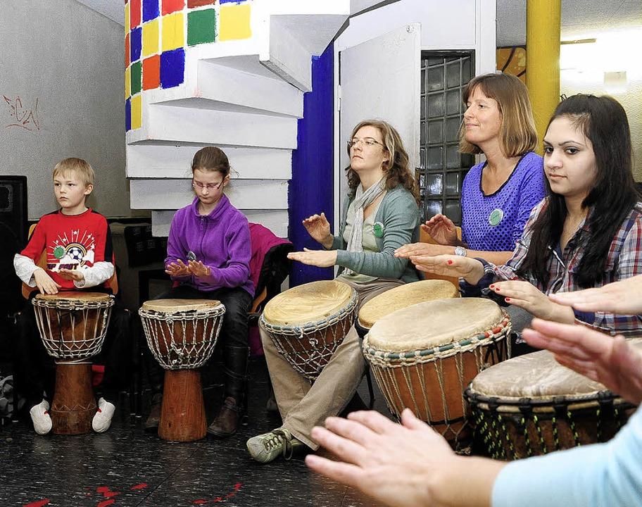 Eine Gruppe der Hofackerschule-Grundsc...ar-Schule  beim gemeinsamen Trommeln.     Foto: Thomas Kunz
