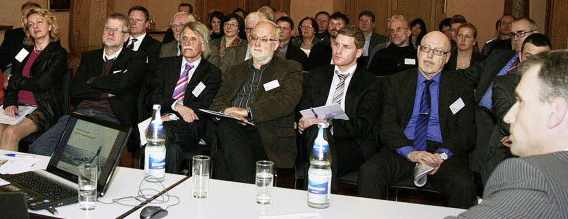 Rund 80 Repräsentanten aus Politik, Wi... sich zum Thema Bildungspartnerschaft.  | Foto: Sandra Decoux-Kone