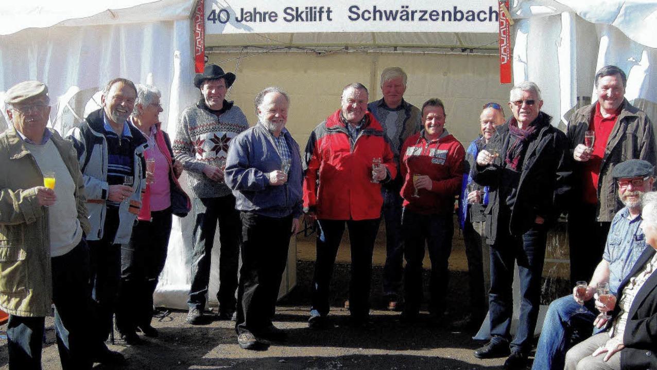 Die Festgemeinde gratuliert in Schwärz...h Kreuz und Vorstand Ralf Grünsteidl.   | Foto: Hermann Janßen