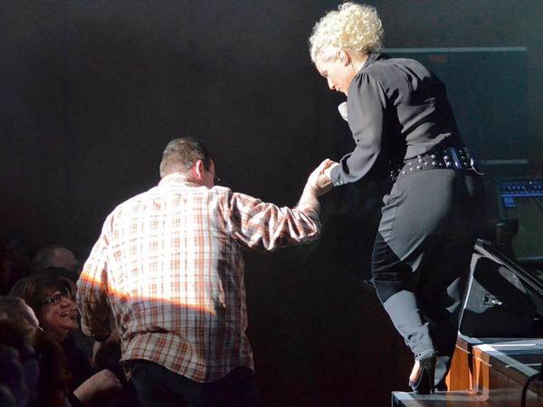 Wer wird dieses Mal der Gentleman sein, der Frau Müller von der Bühne hilft?