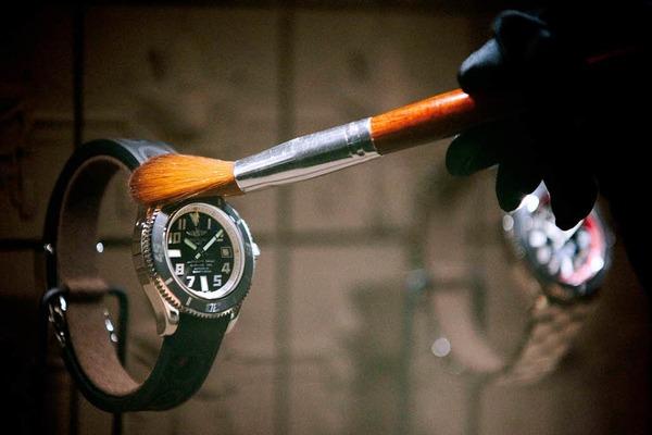 Eine Uhr von  Breitling wird sanft auf Hochglanz gebracht