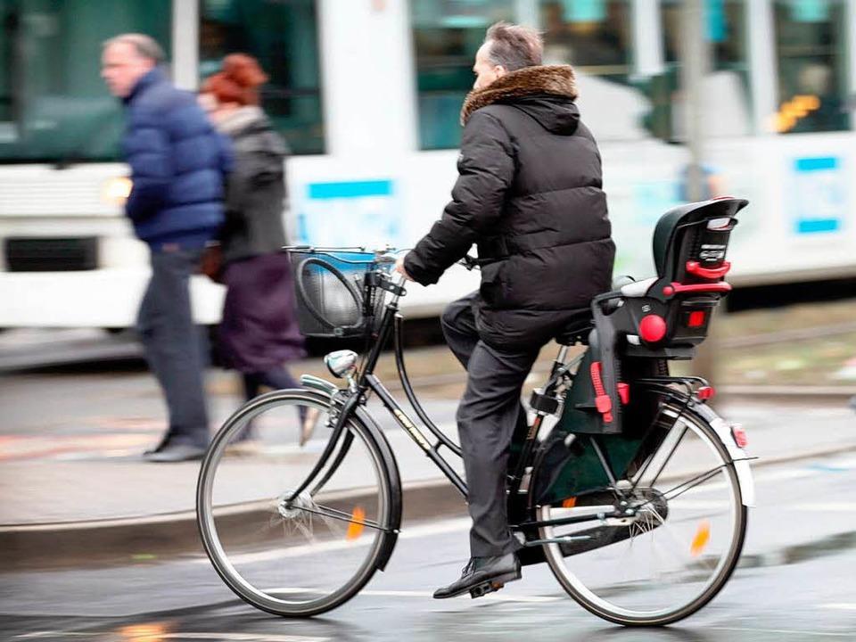Unsicher, aber weiter legal: Radfahren ohne Helm.    Foto: dpa