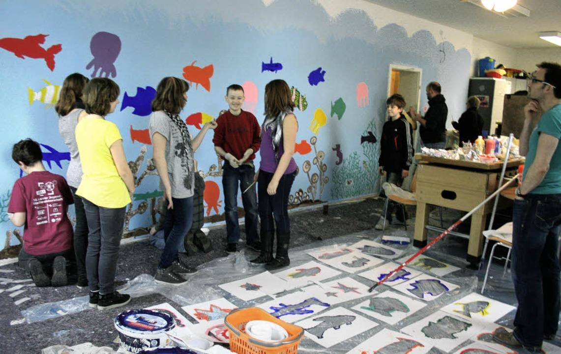Als Maler betätigen sich die Kippenheimer Sechstklässler im Juze.   | Foto: theo weber