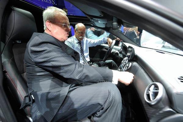Dieter Zetsche (r) Vorstandsvorsitzender der Daimler AG, und Martin Winterkorn, Vorstandsvorsitzender von VW, sitzen a im Palexpo Messegelände am Mercedes-Benz Stand in der neuen Mercedes-Benz A-Klasse und unterhalten sich.
