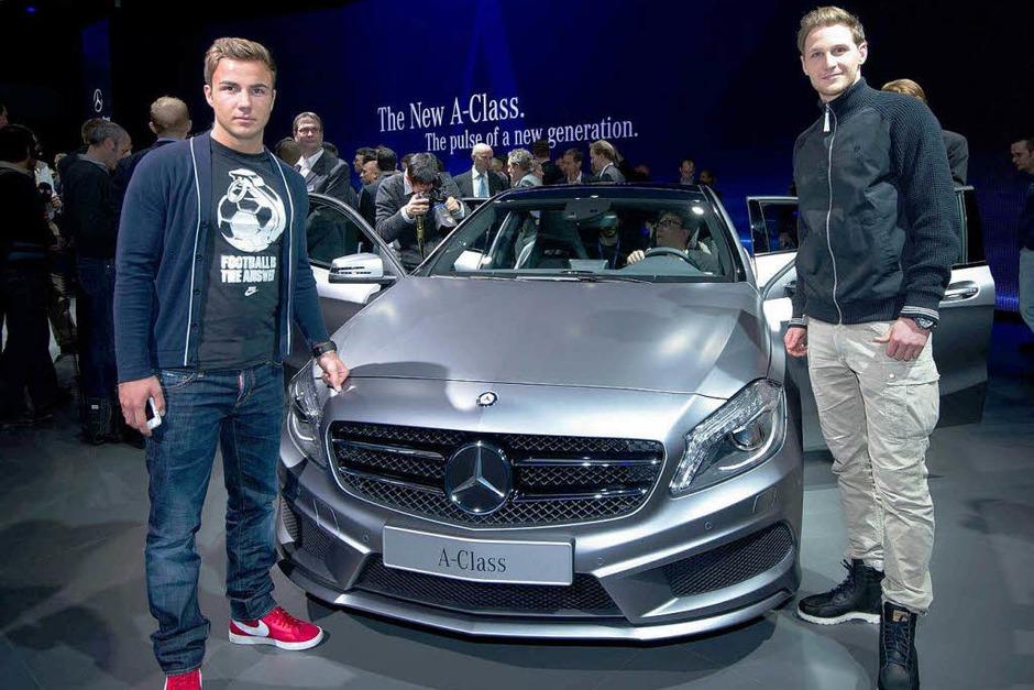 Die Nationalspieler Benedikt Hoewedes (r.) und Mario Goetze posierenin Genf beim Autosalon vor der neuen Mercedes-Benz A-Klasse. (Foto: dapd)
