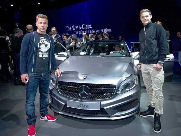 Die Nationalspieler Benedikt Hoewedes (r.) und Mario Goetze posierenin Genf beim Autosalon vor der neuen Mercedes-Benz A-Klasse.
