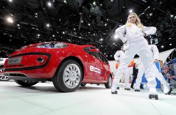 Der VW eco up wird in einer Show präsentiert.