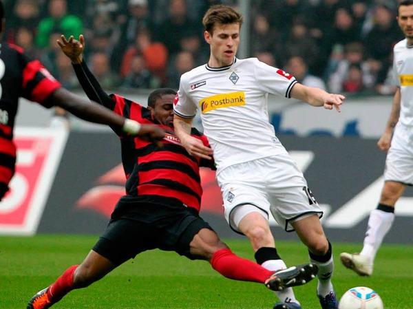 Fallou Diagn� (SC Freiburg) und Roman Neust�dter (Borussia M�nchengladbach) im Zweikampf um den Ball.