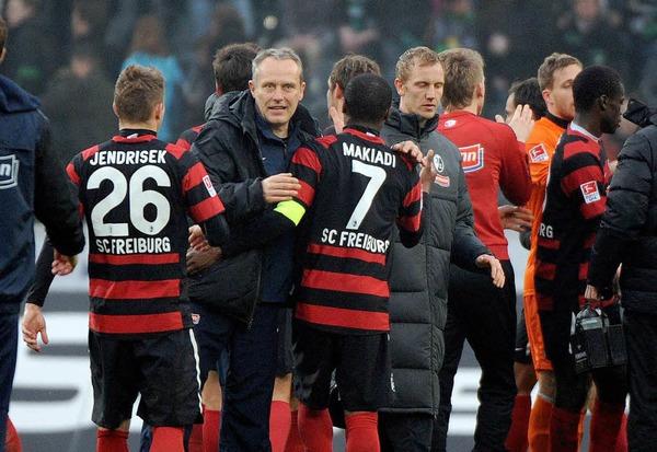 Nach dem Spiel: SC-Trainer Streich mit seinen Spielern Cedrick Makiadi und Erik Jendrisek im Gespr�ch.
