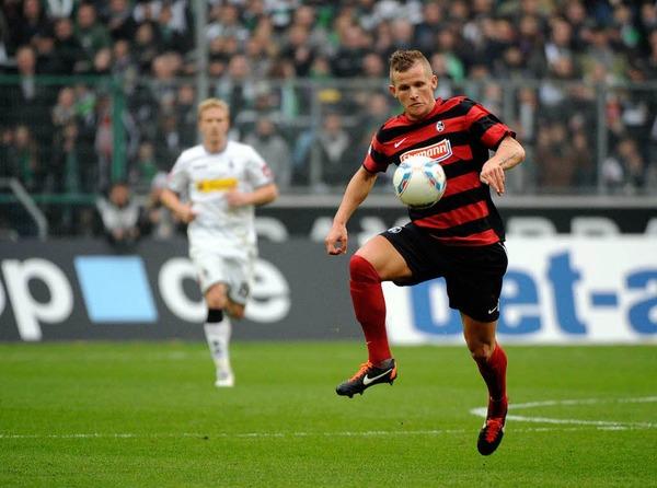 Jonathan Schmid (SC Freiburg) mit der Ballannahme.