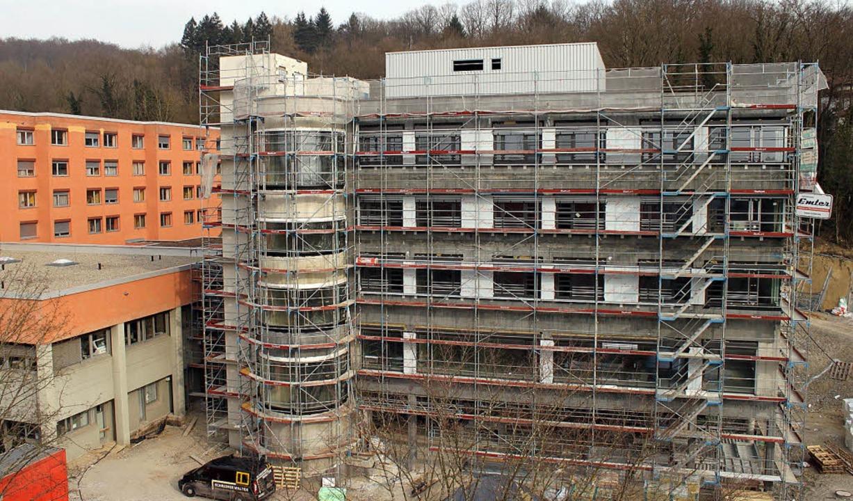 Neubau schreitet voran: Direkt neben d...erzeit ein moderner Erweiterungsbau.    | Foto: Ulrich Spitzmüller
